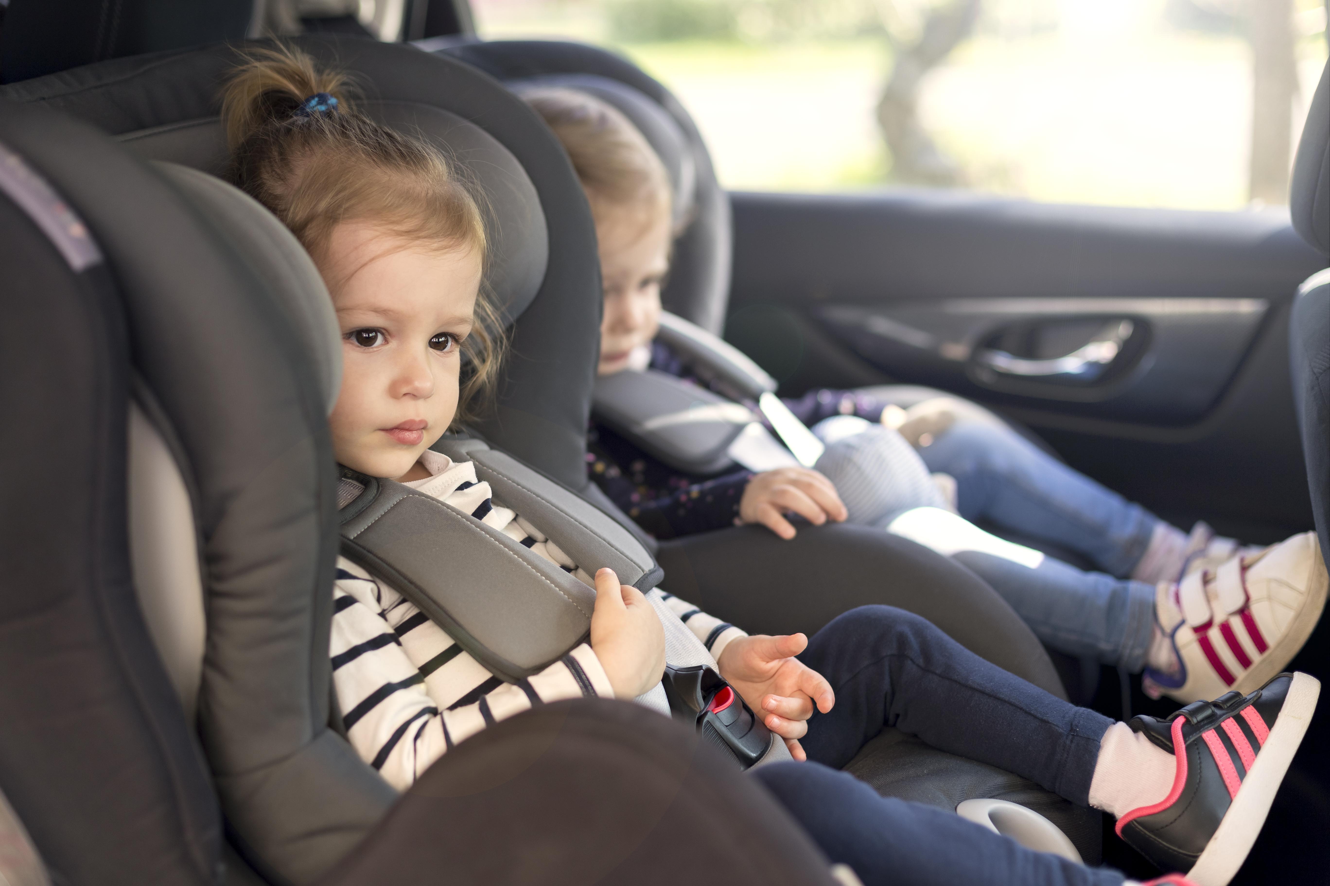 Crianças na cadeirinha do carro