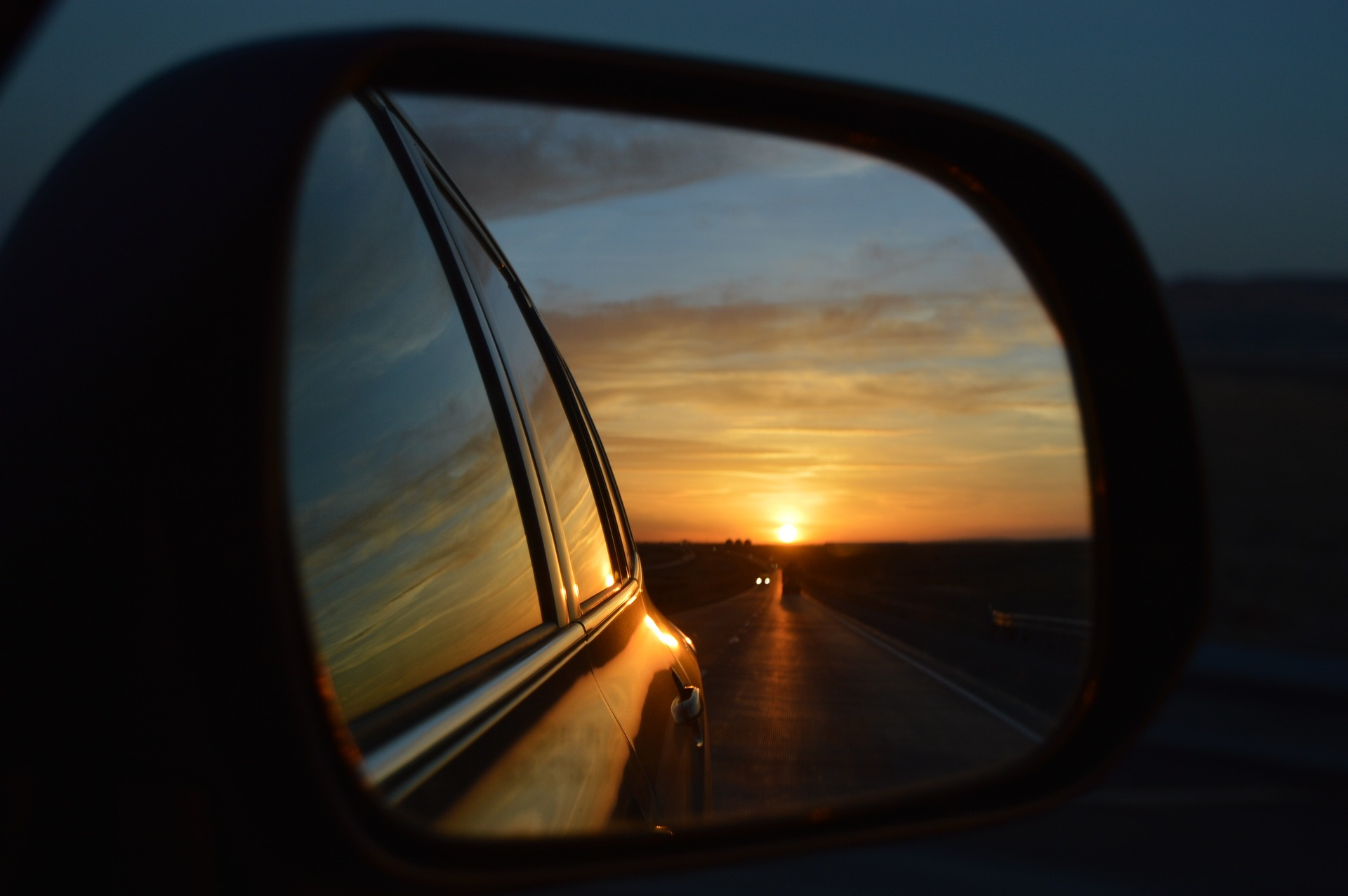 Conduzir ao anoitecer causa mais sonolência nas crianças, sendo ideal para viagens silenciosas e tranquilas.